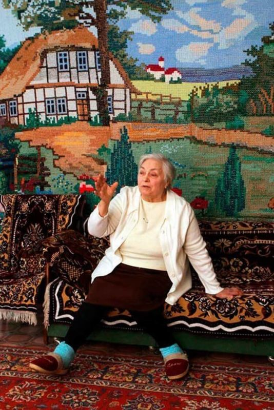 Я картинку 10Х10см вышить не могу, а это бабушка обои себе вышила!